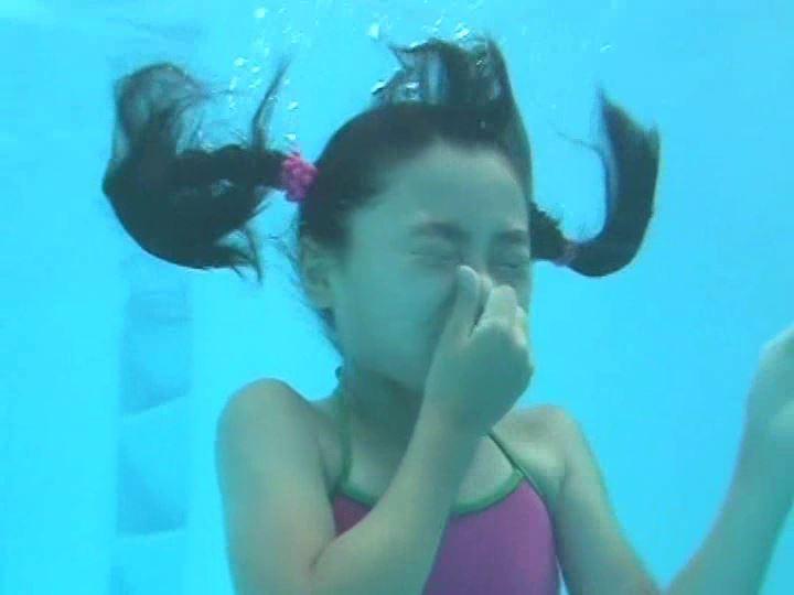 「天使の絵日記 眩しい陽射しに微笑み返し 杏なつみ」ピンクチューブ水中