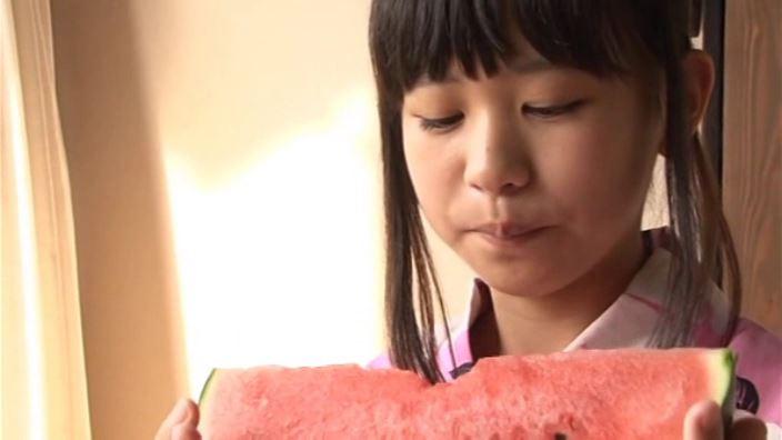 つぶつぶいちご「野村苺花」浴衣スイカ食べ