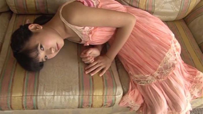 つぶつぶいちご「野村苺花」ワンピース寝転び