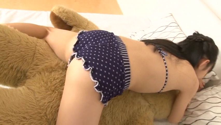 うららんらん♪ 「ゆずき麗」黒水玉ビキニクマさん抱きつく