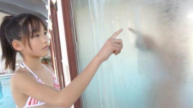 「ホワイトピクチャーズ Vol.4 さわこちゃん」紅白縞ビキニ窓に絵